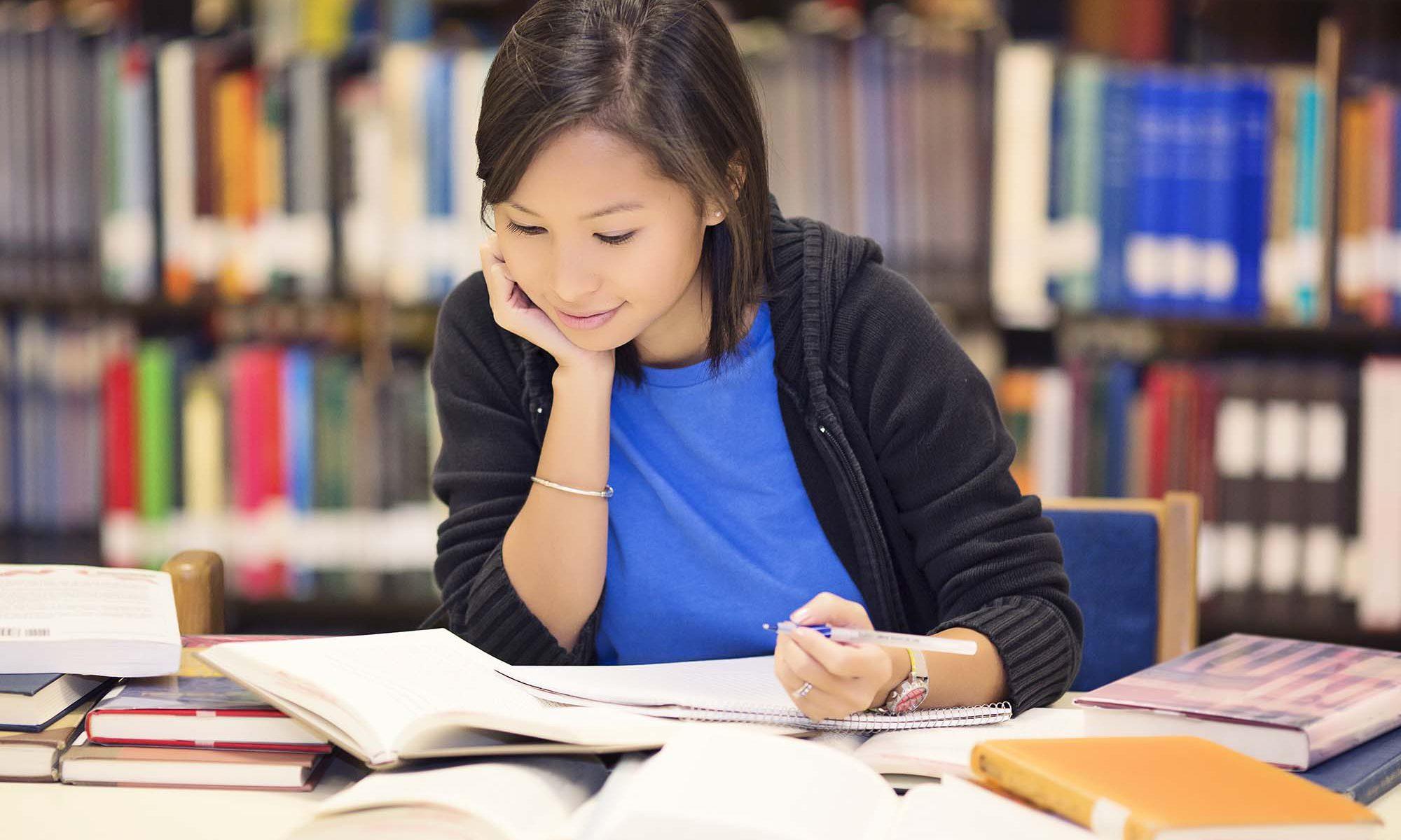 Mujer joven estudiando