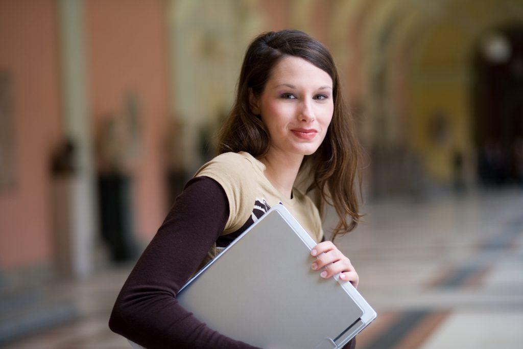 Chica joven en estudia una carrera