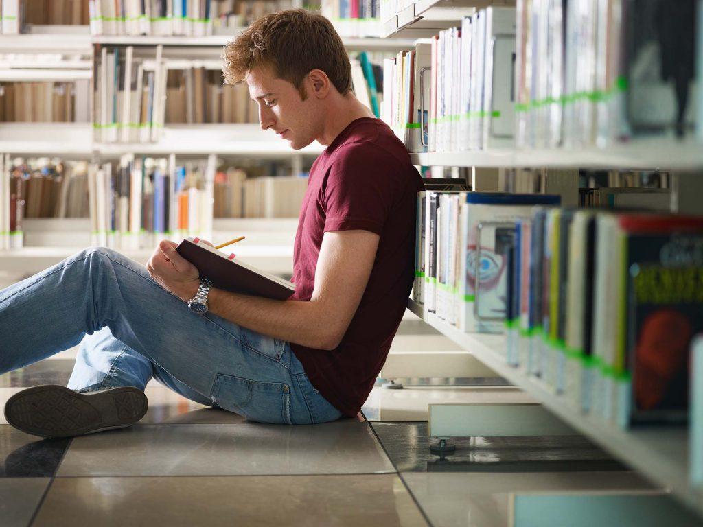 Chico joven decidiendo qué carrera estudiar