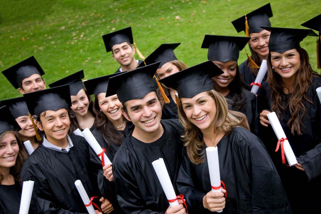 Graduados universitarios con su diploma tras estudiar una carrera