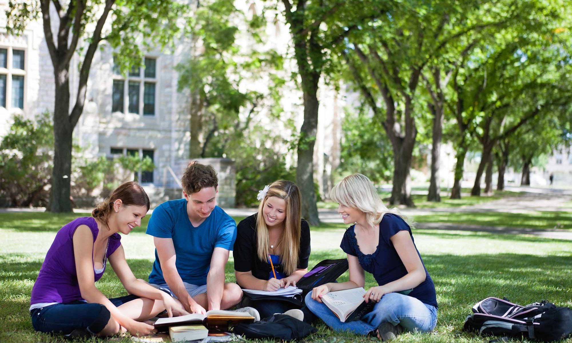 Elegir universidad estudiantes en el campus.