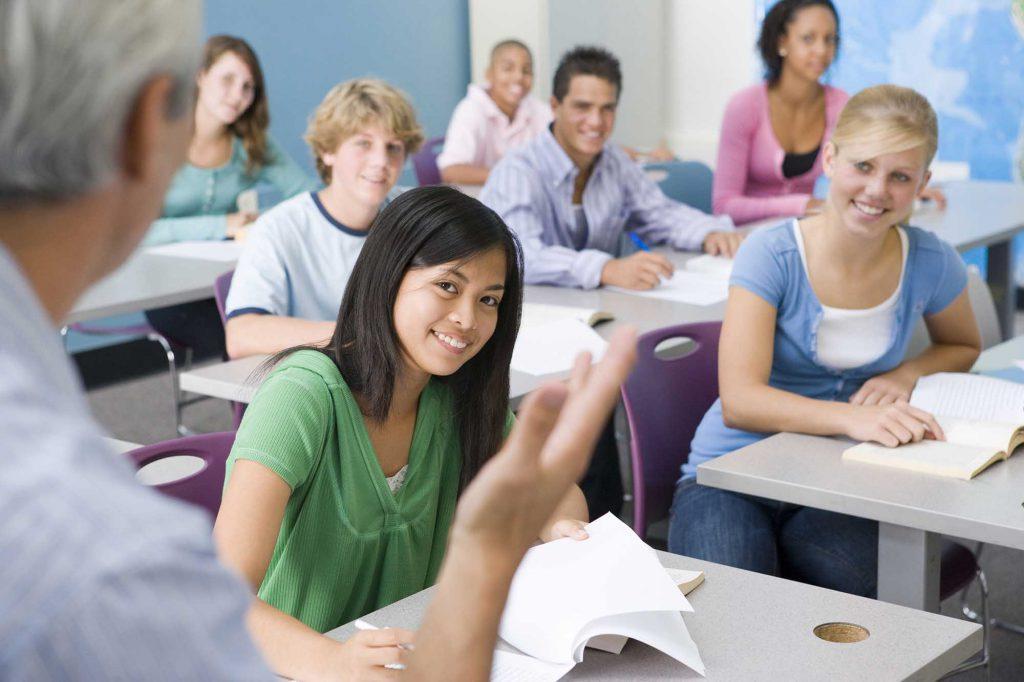 Alumnos tomando apuntes en clase.