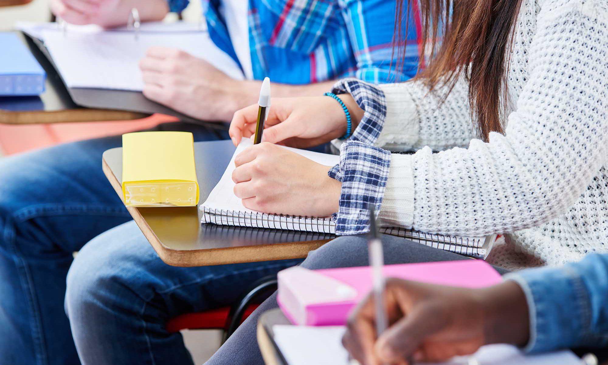 Alumnos tomando notas.