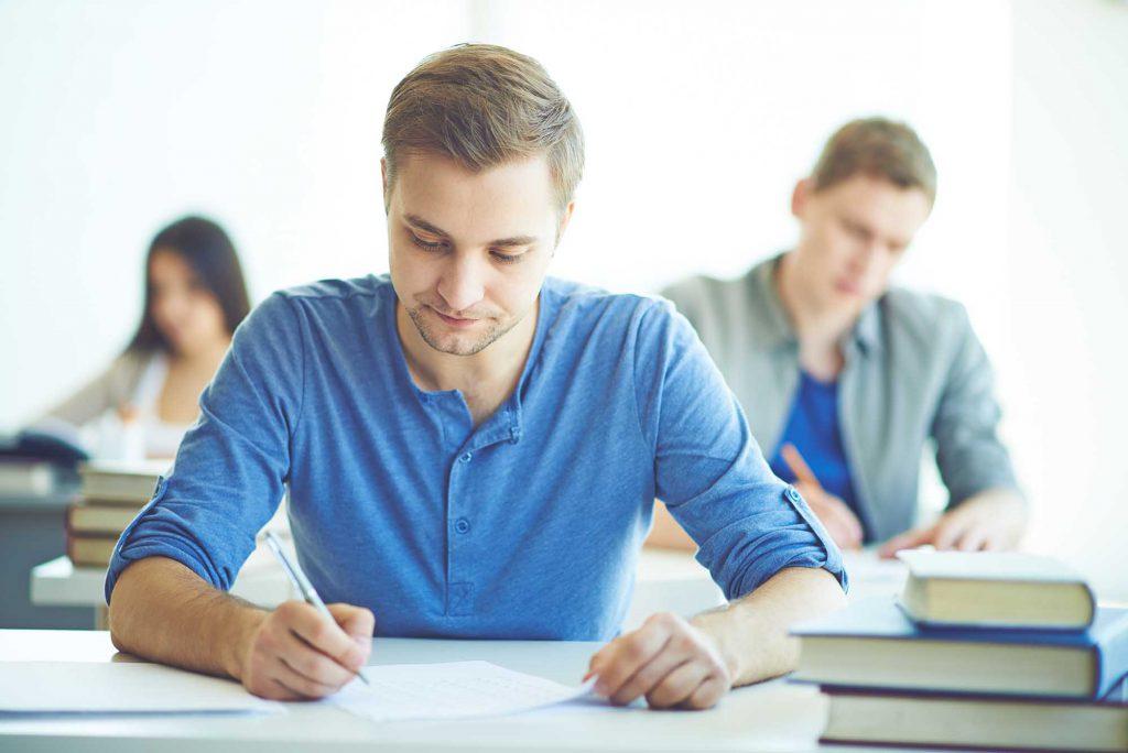 Alumno en un examen.